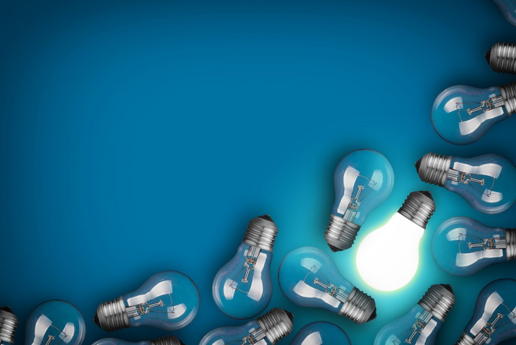 Glühbirnen vor blauem Hintergrund